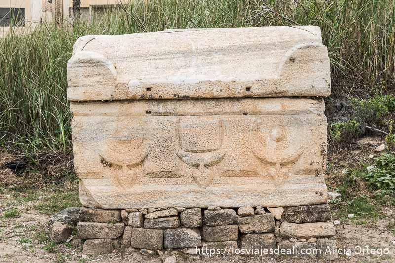 sarcófago bizantino con relieves en la parte baja en las ruinas de tiro