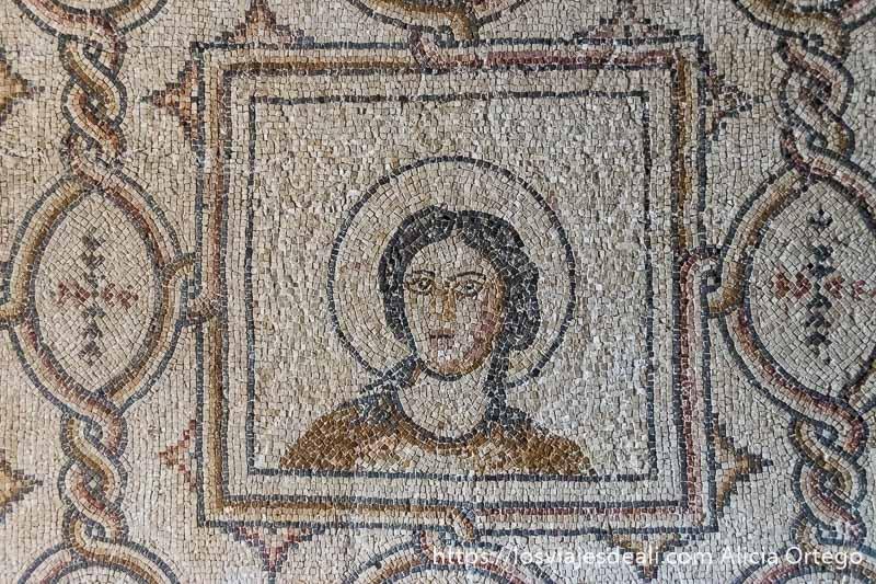 mosaico bizantino que muestra rostro de mujer con aureola alrededor en beiteddine excursión a los alrededores de beirut