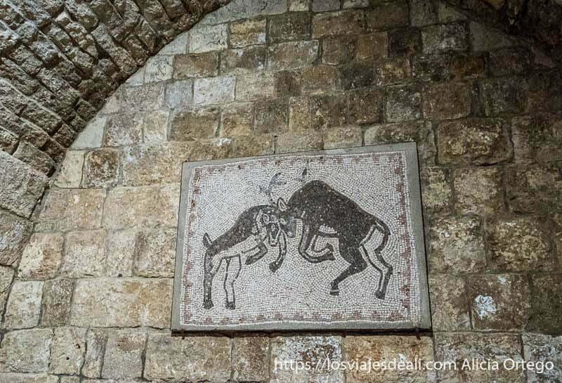 mosaico de dos ciervos chocando sus cornamentas en el palacio de beiteddine