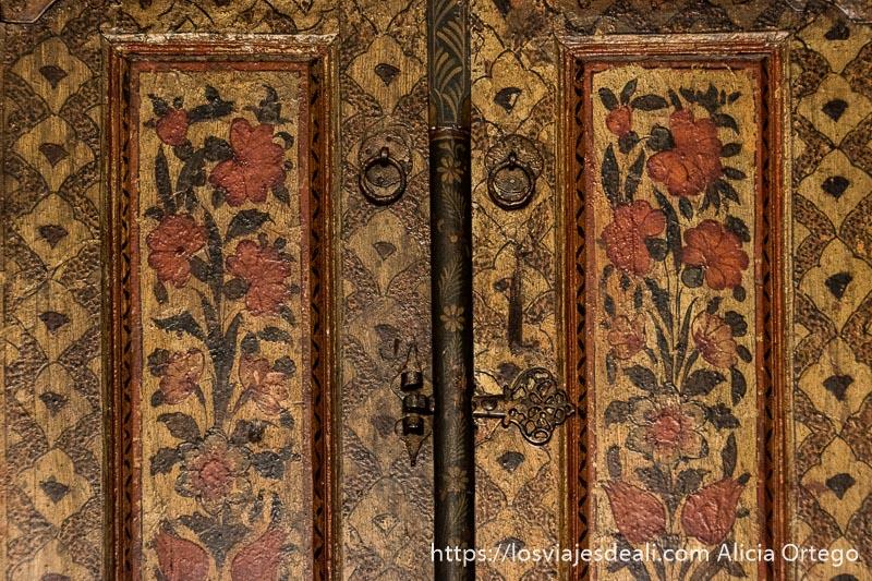 puerta de madera pintada con flores y cerrojo de hierro en el palacio de beiteddine