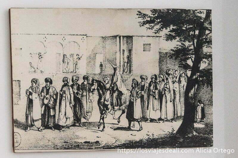 cuadro antiguo que representa mujer a caballo con cara cubierta y procesión de hombres alrededor en el palacio de beiteddine