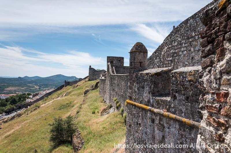 vista de la muralla de marvao con paisaje de sierras al fondo