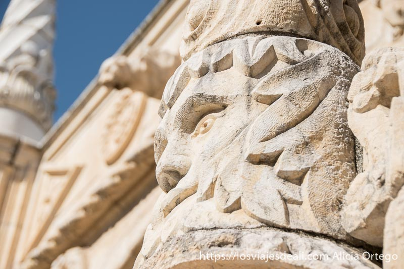 relieve de cabeza de guerrero en el claustro del monasterio de belem