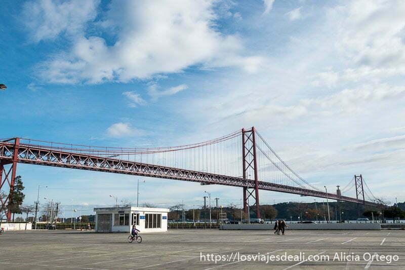 puente colgante 25 de abril con cielo azul y nubes