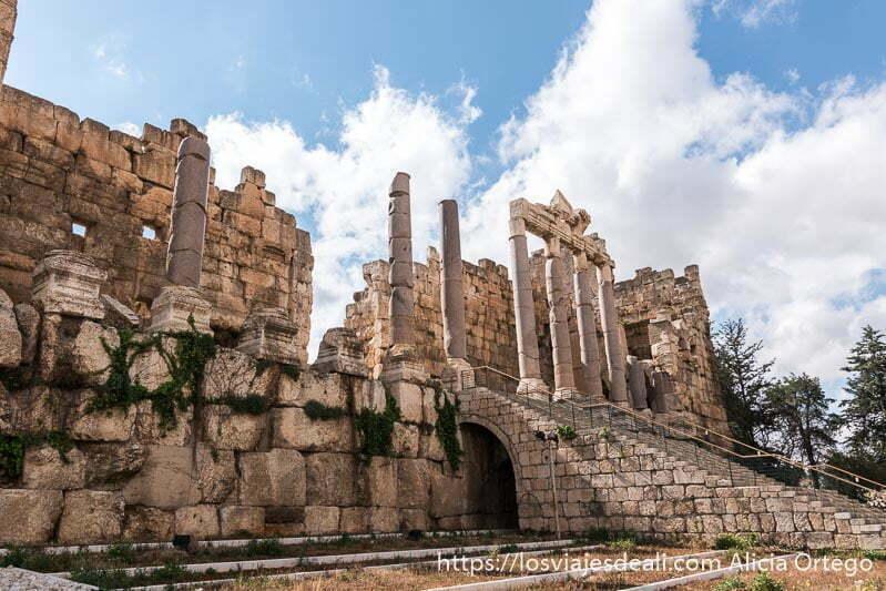 escaleras del propileo en baalbek, uno de los sitios que ver en Líbano