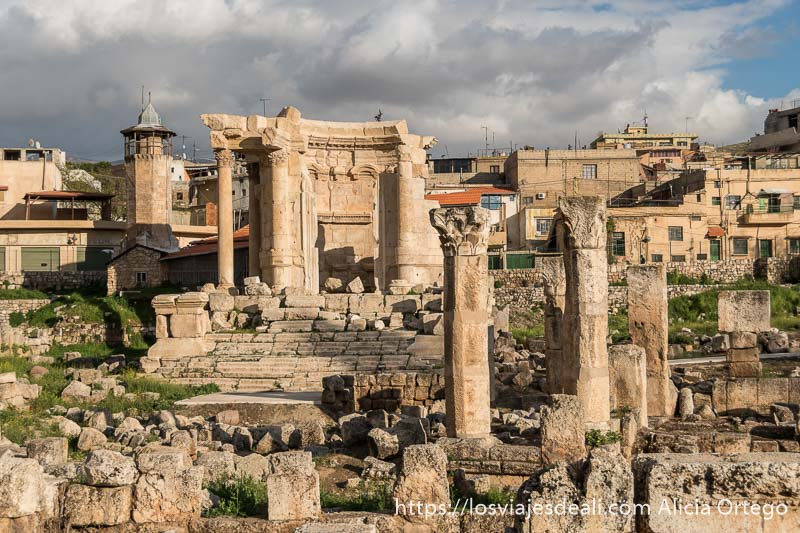 templo de venus con columnas y restos de muros alrededor y torre de iglesia cristiana al fondo en baalbek un lugar imprescindible a la hora de viajar a Líbano