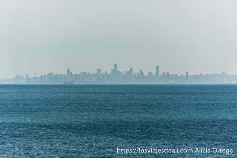 skyline de Beirut con el mar y un barco mercante