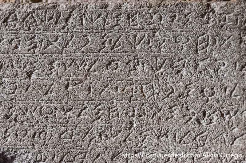 inscripción en piedra hecha con alfabeto fenicio en byblos