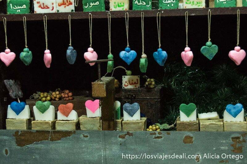 jabón de trípoli en forma de pequeños corazones de colores