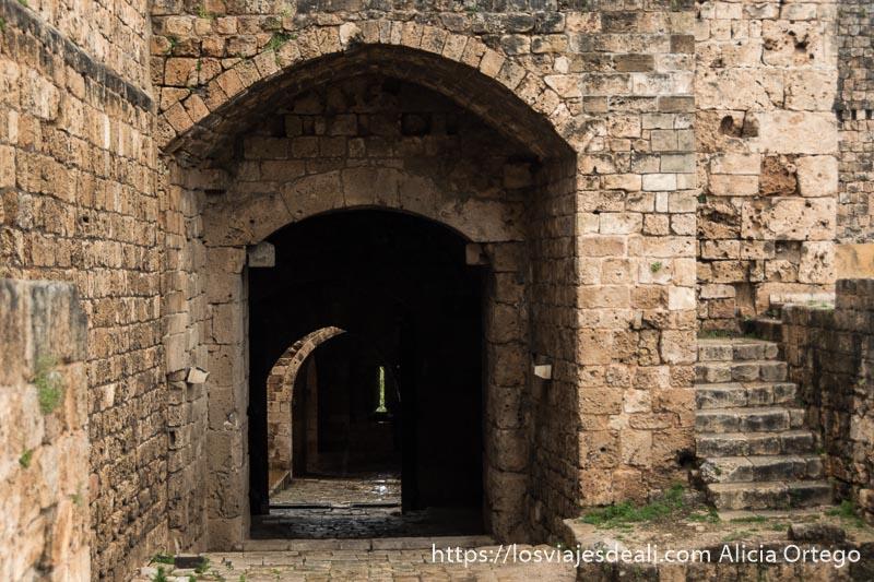 muros, escaleras y puertas del castillo de los cruzados