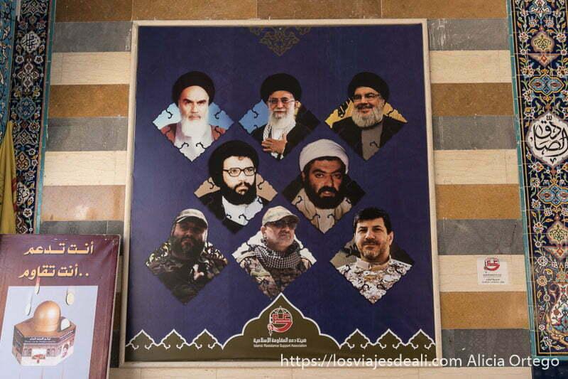 poster de líderes chiíes entre los que se ve a jomeini en la mezquita de baalbek