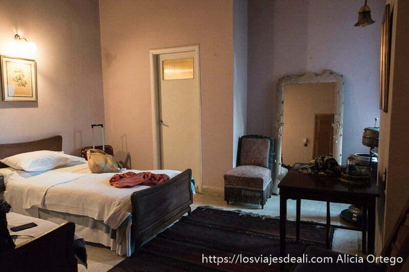 mi habitación en el hotel palmyra con gran espejo y butaca antigua en el valle de bekaa