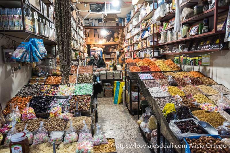 tienda del zoco con frutos secos y dulces organizados en cajones con mucho colorido