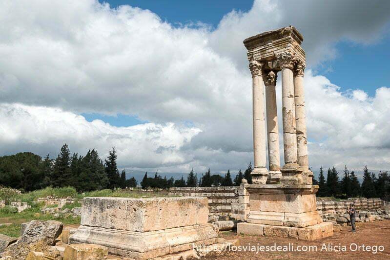 tetrapilo de cuatro columnas con nubes al fondo en las ruinas de aanjar