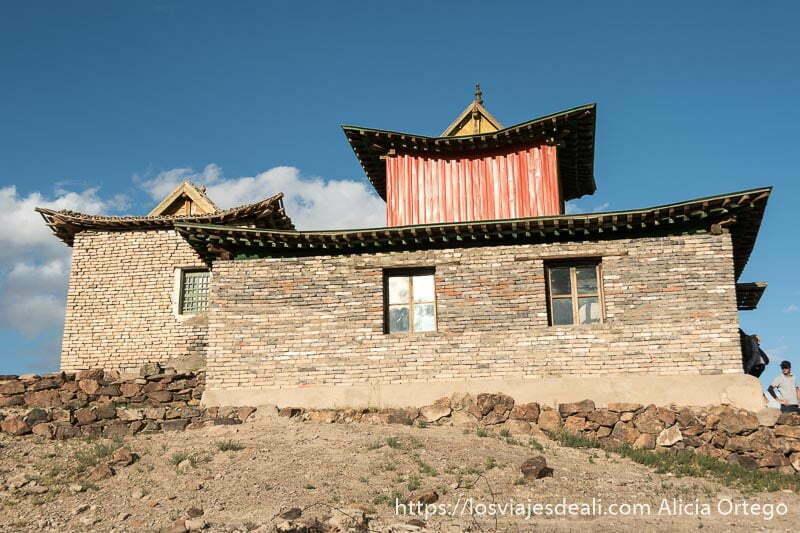 edificio del museo del monasterio de ongii con techo tipo pagoda y paredes de ladrillo en el desierto del gobi