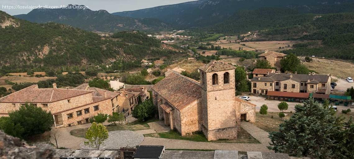 vistas de Riópar viejo desde arriba con la iglesia con campanario de dos ventanas y casas de piedra alrededor en la escapada a albacete