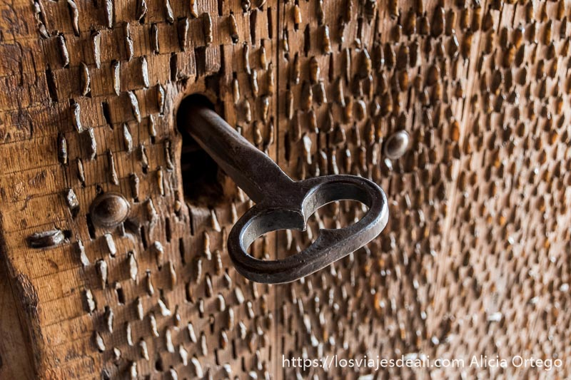 gran llave de hierro en la puerta de un bombo manchego en la experiencia en la vendimia
