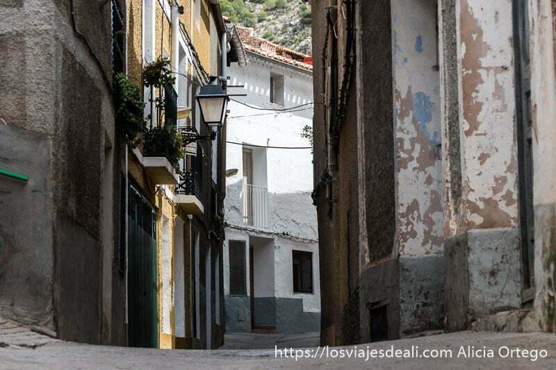 calle de pueblo con casa blanca al fondo escapada a albacete