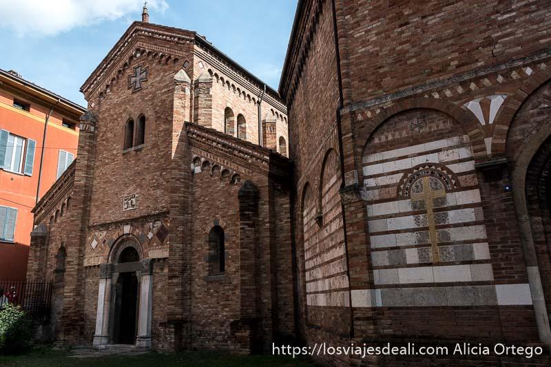 fachada de una iglesia de san stefano de ladrillo con adornos geométricos en mármol imprescindibles de bolonia