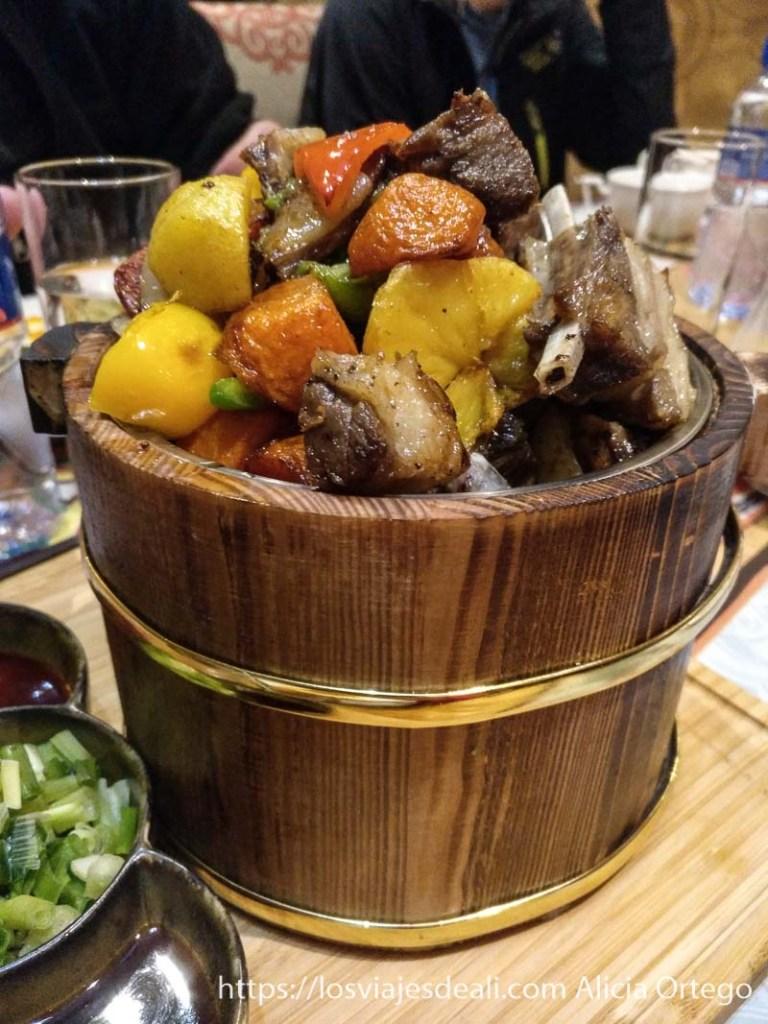 plato tradicional con costillas patata zanahoria y pimiento asados viajar a mongolia