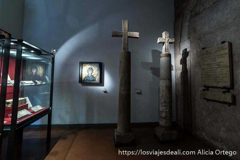 sala con dos cruces bizantinas y un mosaico con la virgen maría en el museo medieval imprescindibles de bolonia