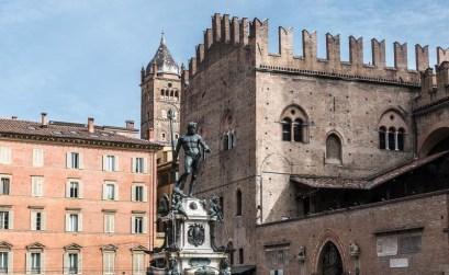 plaza de neptuno con la estatua del dios en bronce y palacios alrededor imprescindibles de bolonia