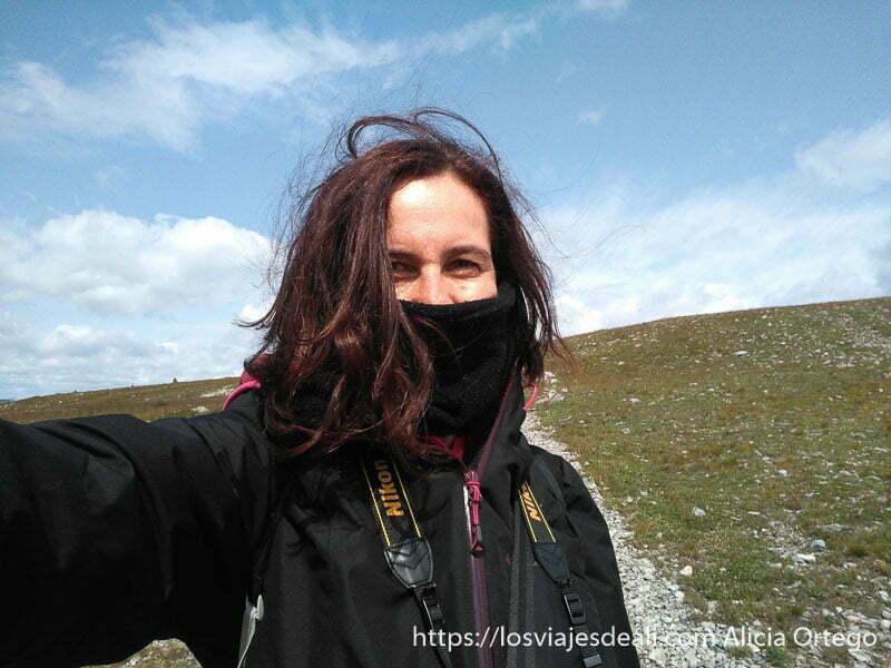 autoretrato en la montaña muy abrigada aunque con cielo azul viajar a mongolia