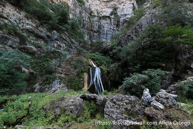 paredes de roca con algunos arbolillos y la cascada principal del río mundo escapada a albacete