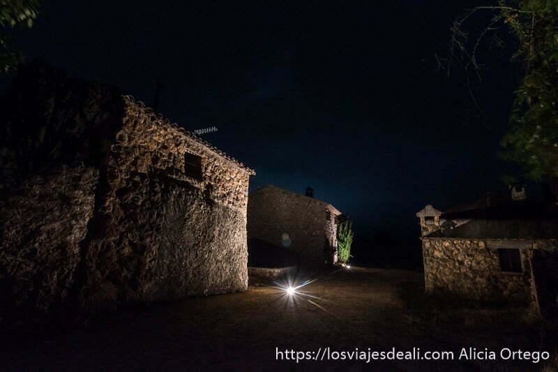 calle de riópar viejo por la noche con casas de piedra e iluminación en el suelo escapada a albacete