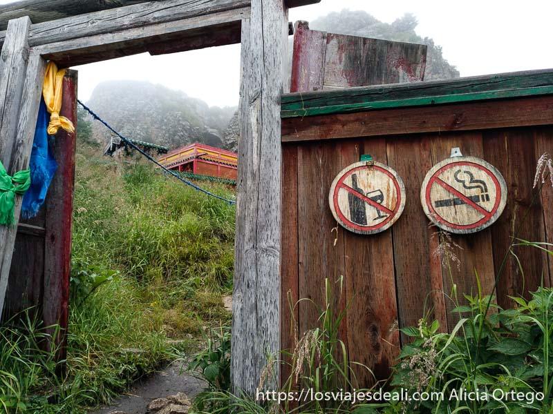 entrada al monasterio del valle de orkhon con carteles de prohibido fumar y beber alcohol