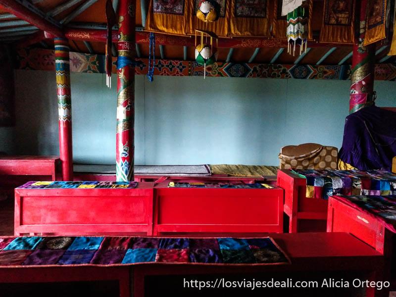 sala de oración del monasterio budista con muchos telas de muchos colores en el valle de orkhon en mongolia