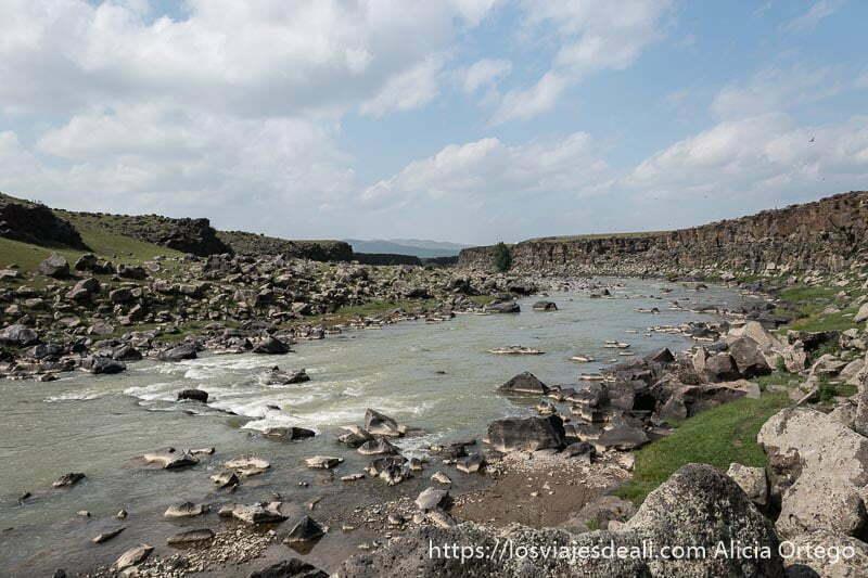 río orkhon discurriendo entre paredes de roca