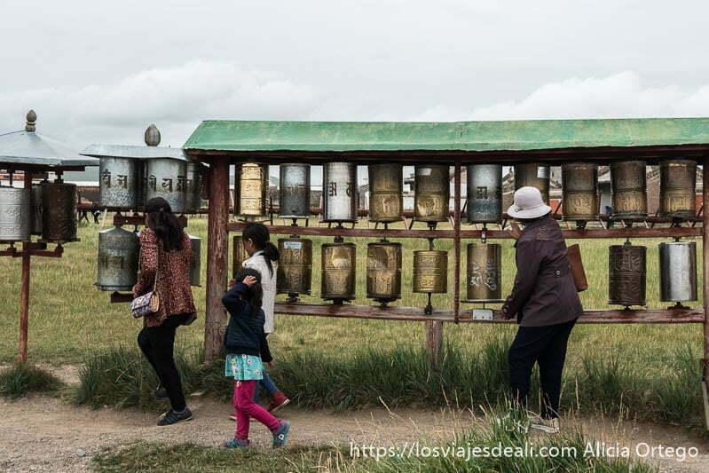 peregrinos dando vueltas a los molinos de oración del monasterio de karakorum