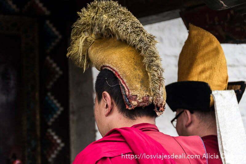 monjes budistas con gorros amarillos en karakorum