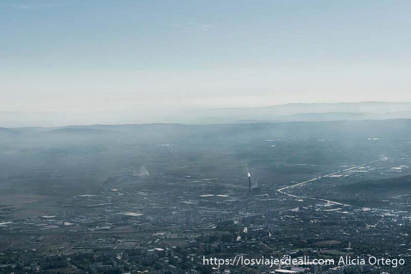 ciudad de sliven desde los balcanes. Se ven al menos dos chimeneas de industria soltando humo