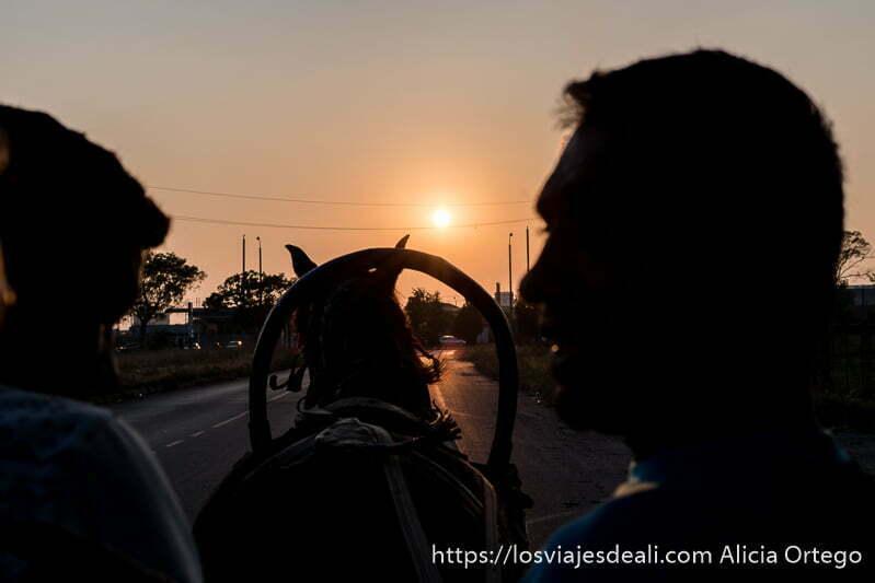 atardecer en la carretera subidos en un carro tirado por un caballo en mi experiencia con los gitanos de bulgaria