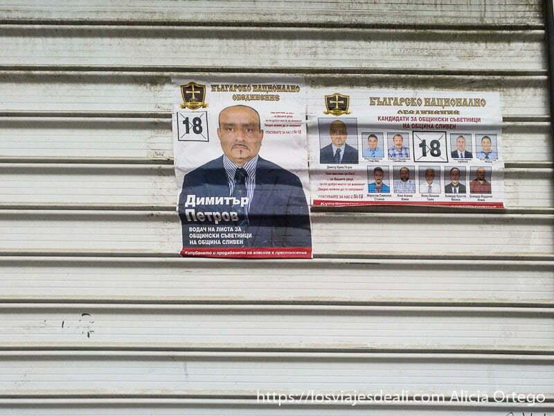 cartel del partido gitano que se presenta a elecciones municipales de sliven puesto en una puerta de chapa