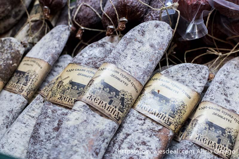 salchichones de jabalí con etiqueta en cirílico con diseño antiguo a la venta en el mercado de sliven