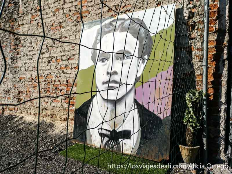 gran cuadro de poeta famoso búlgaro secándose en el patio de una casa