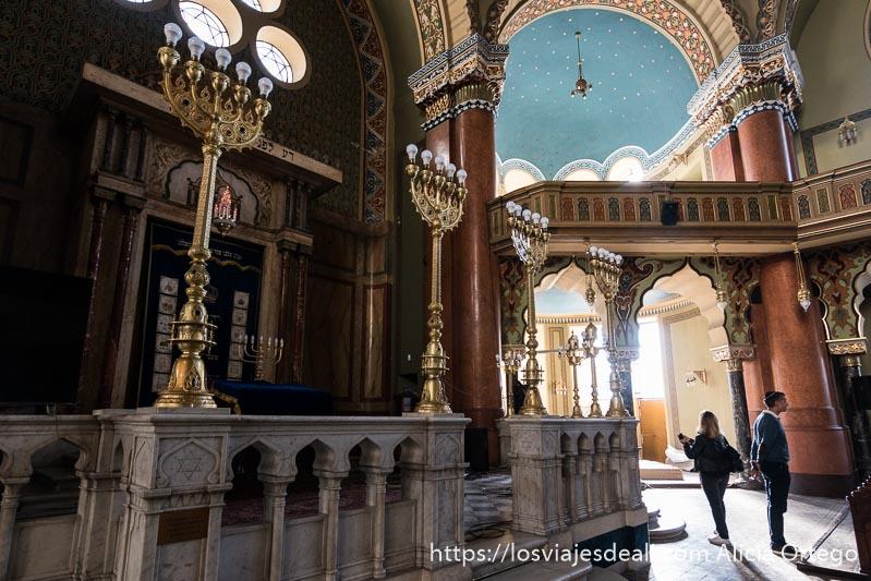 altar de la sinagoga de sofía con púlpito de mármol y candelabros de cinco brazos con bombillas