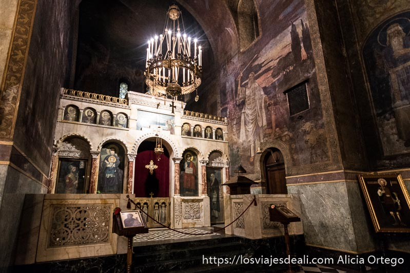 rincón de alexander nevski con altares con santos y lámparas con velas en sofía