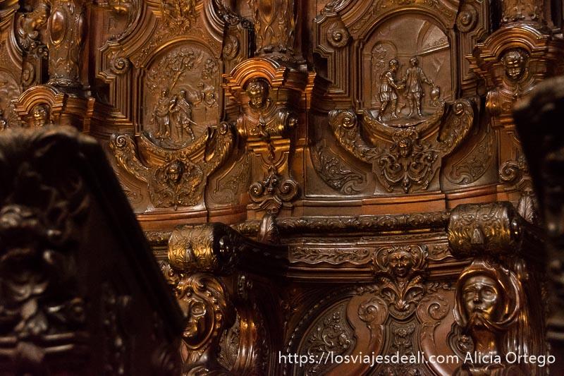 detalle de los asientos de caoba de la mezquita con escenas de la biblia en relieve