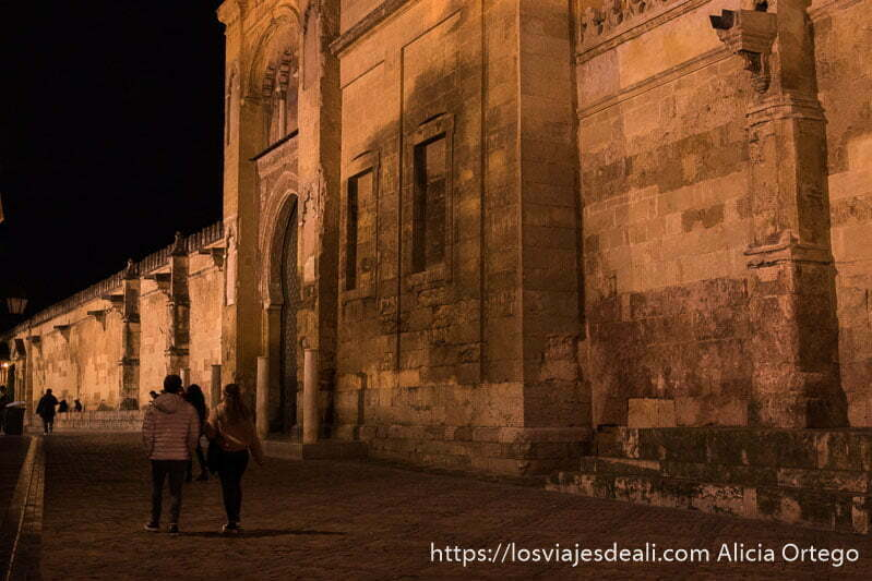 pareja paseando junto a la mezquita por la noche
