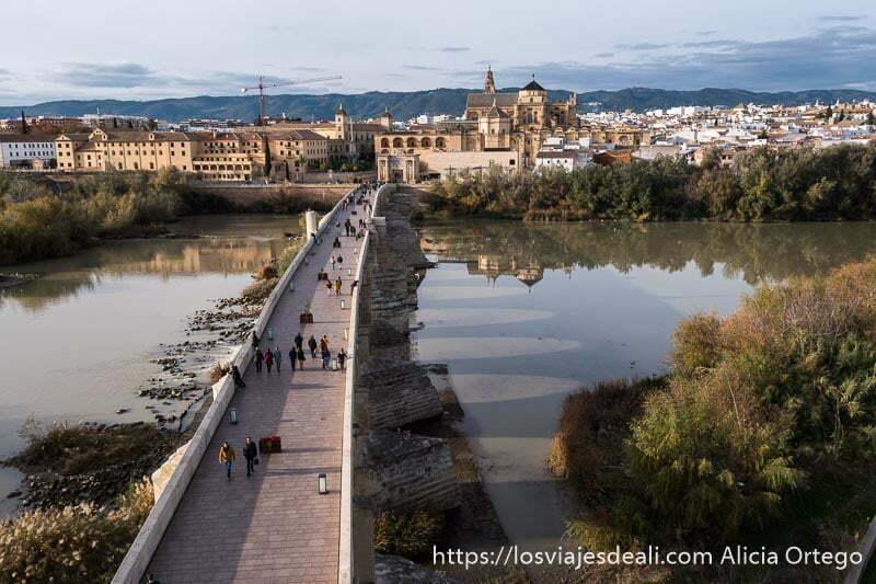 vistas desde la torre de la calahorra con el puente romano en primer plano cruzando el río guadalquivir y al fondo la mezquita y la ciudad