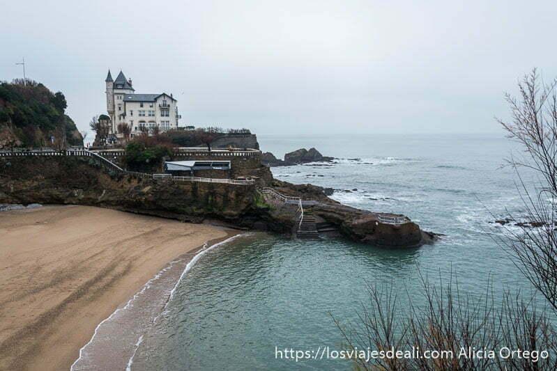 rocas entrando en el mar junto a playa pequeña en la excursión de san juan de luz y biarritz