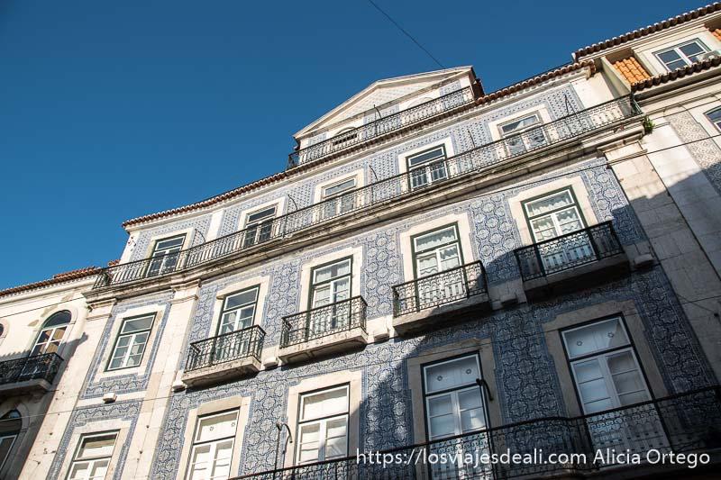 fachada llena de azulejos, ventanas y balcones de hierro en el barrio de chiado en el centro de lisboa