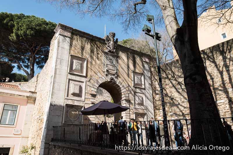 entrada al castillo de san jorge en el centro de lisboa