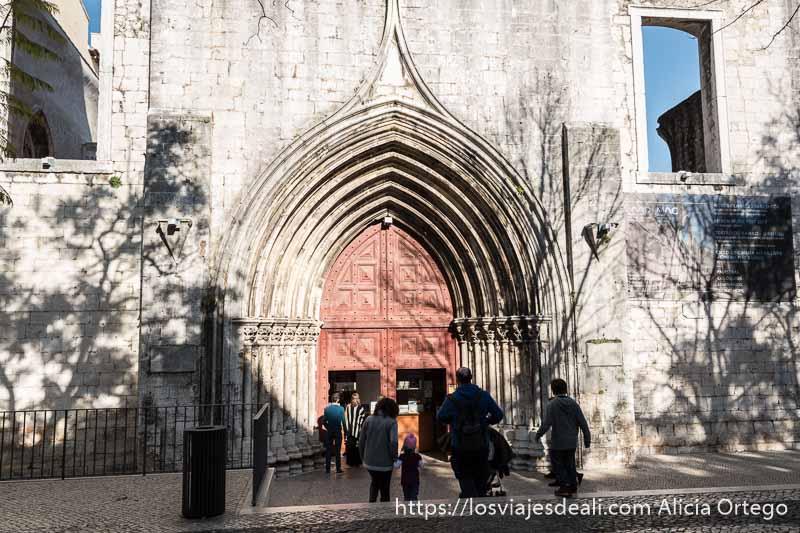 entrada gótica al convento do carmo en el centro de lisboa