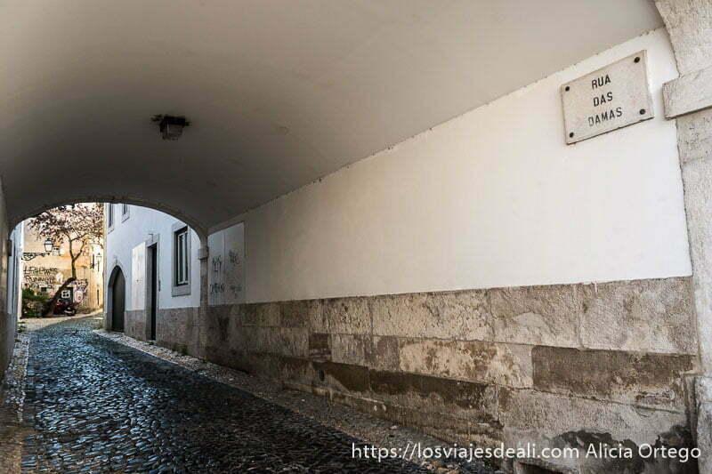 """pasaje techado llamado """"rua das damas"""" (calle de las damas) en alfama"""