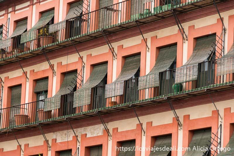 balcones de la plaza de la corredera con persianas de color verde